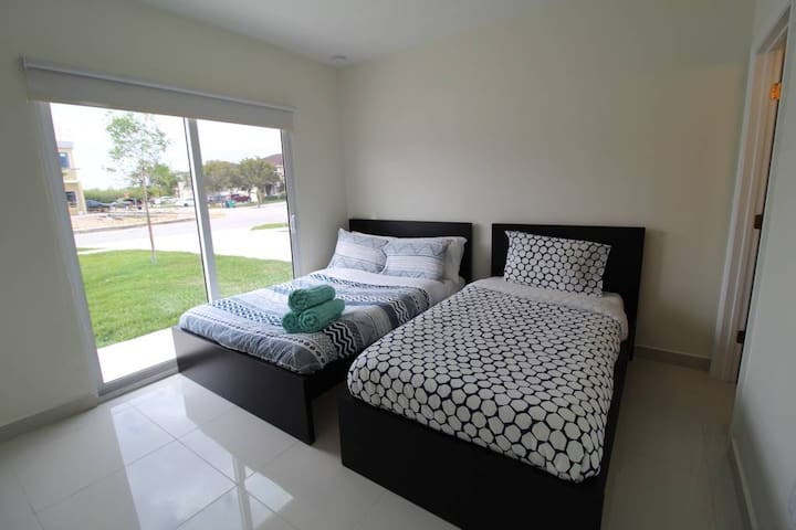A23-Modern Studio! Home by Zoo Keys MIA Speedway!!
