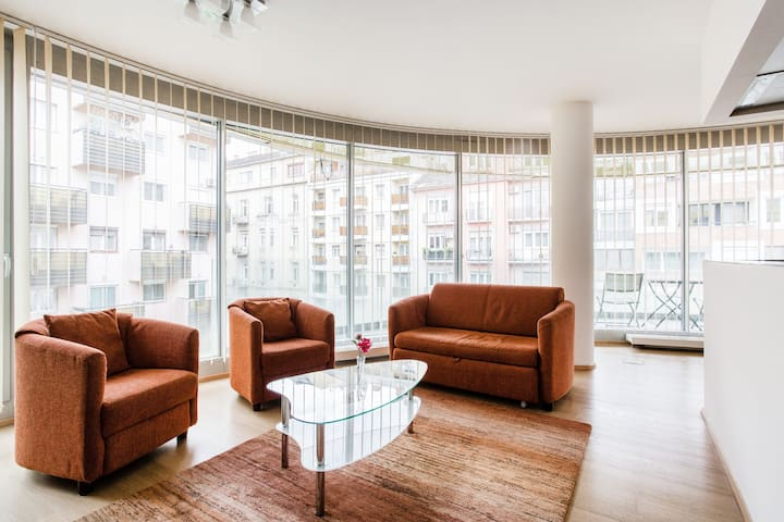 Large, Modern & Bright Apartment at Allee Mall