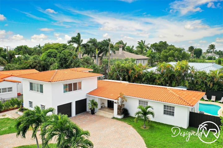 Modern 6BR Estate/With Heated Pool-5 min walk to the Beach