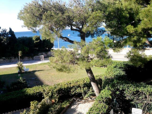 Face à la mer et au port de Carro