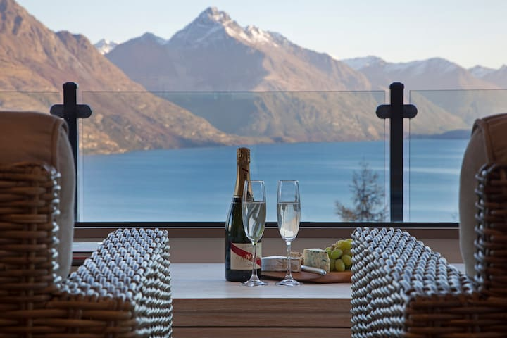Luxurious Lake View Penthouse on Queenstown Hill