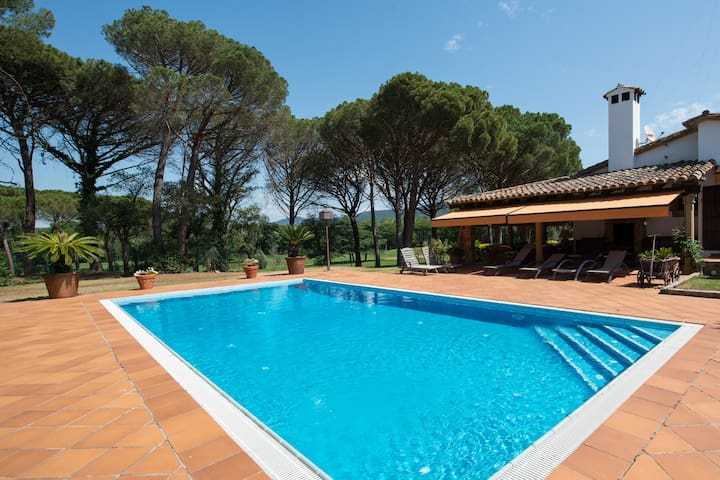 Golf Costa Brava - Impresionante villa con piscina