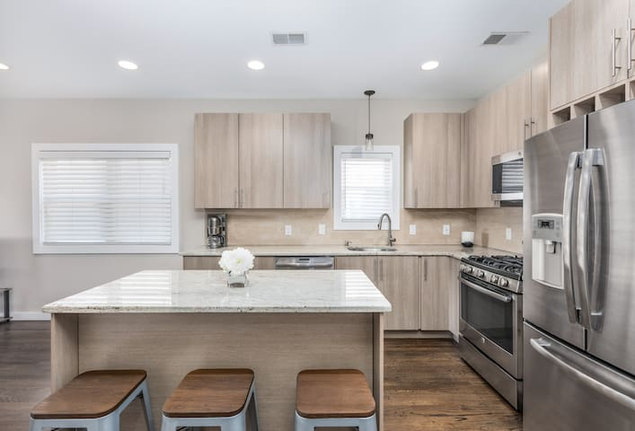 Modern 2BD/2BA Apartment 5 Min to NYC-Free Parking