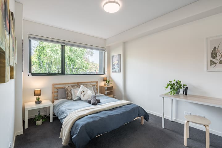 BRAND NEW! 1BR + Study Apt in Homebush Sleeps 5 b