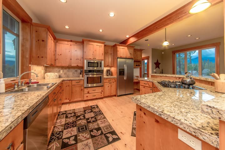 Woodvine Lodge-Custom Builders Cabin! Pet Friendly w/a Private Hot Tub & The Ridge Pool