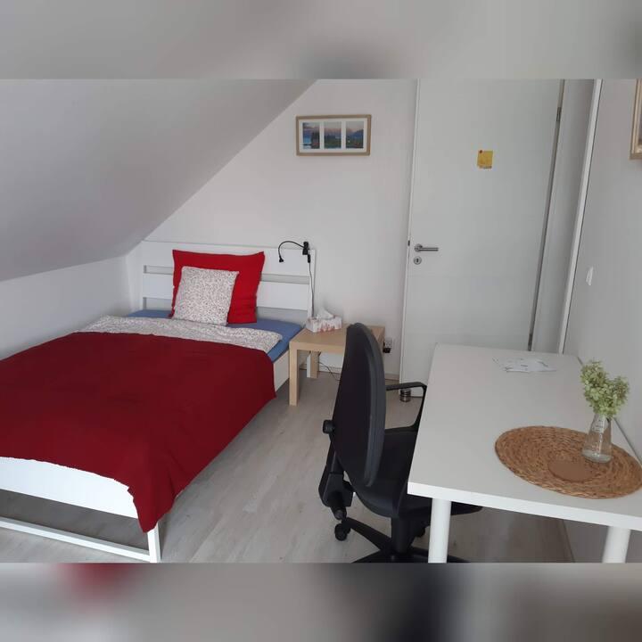 Komplett möbliertes Zimmer mit Balkon in einem EH