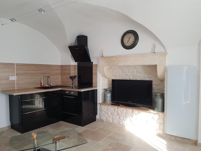 Appartement atypique dans maison en pierre.