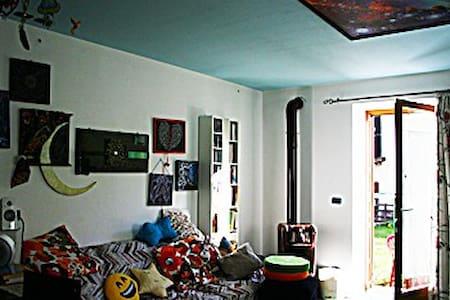 Casa d'artista, allegra  in paese tranquillo