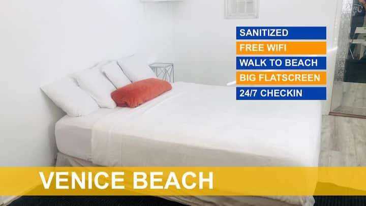 DELUXE QUEEN ROOM in the heart of Venice Beach