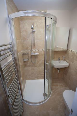 Shower room (shared)