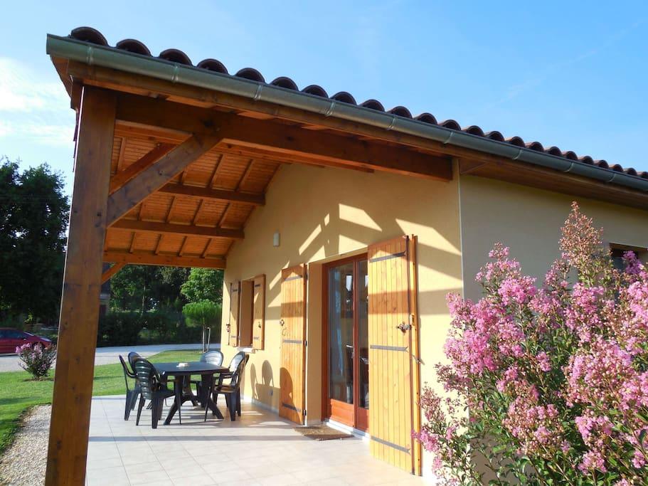 La  terrasse couverte de 20 m2 est équipée d'un salon de jardin bien pratique pour profiter d'un repas au grand air