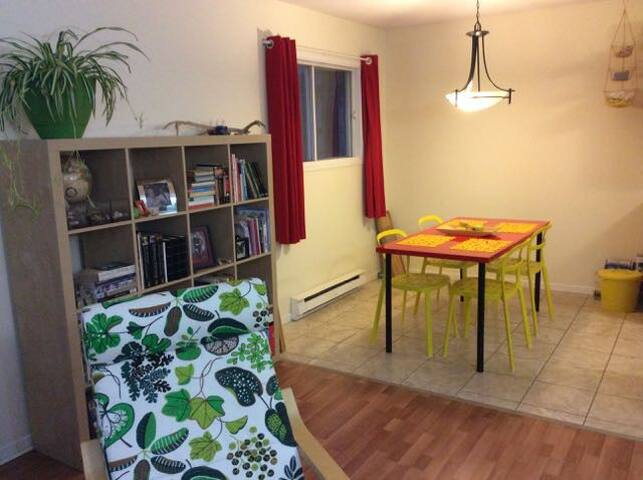 Private room in spacious apartment - Fredericton - Appartement