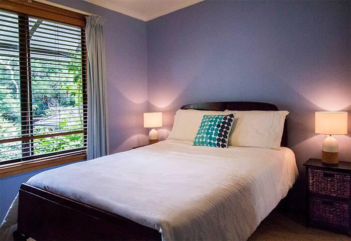 Modern room in beautiful home,overlooking valley - Berowra
