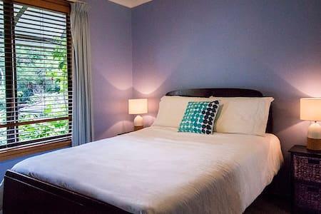 Modern room in beautiful home,overlooking valley - Berowra - Talo