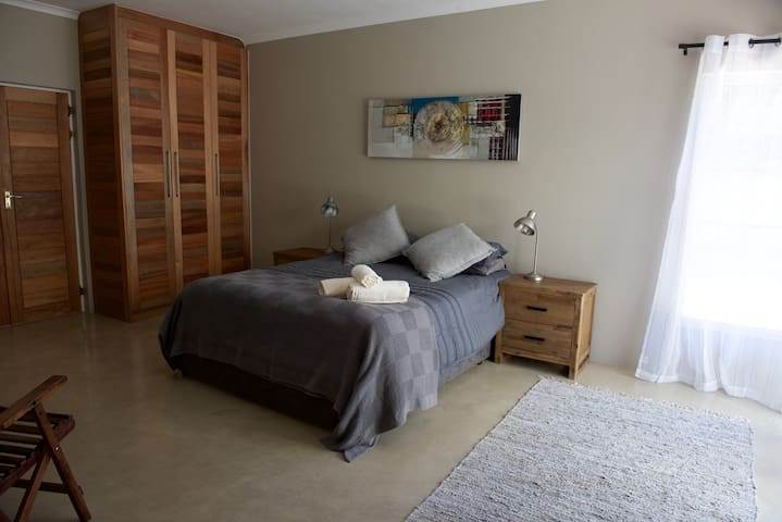 Large spacious room, with modern finish.