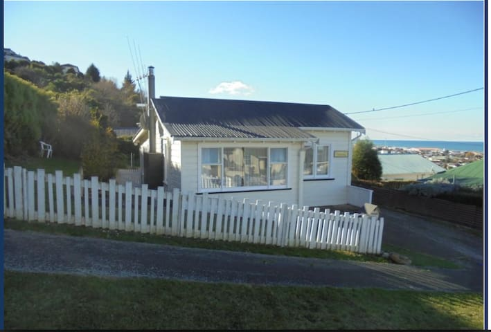 Cute Oceanview Cottage close to town centre