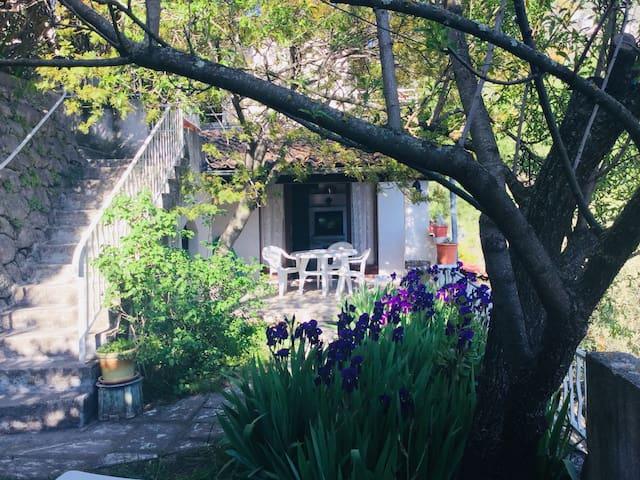 bas de villa independant avec jardin, vue/collines