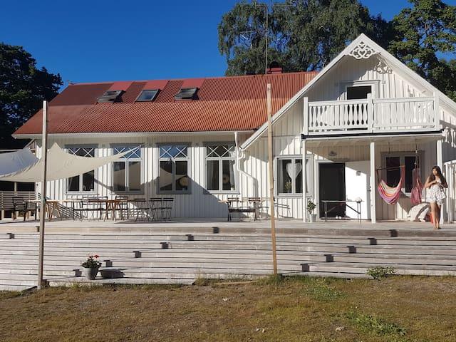 Rymligt boende i Fd byskola nära sjö, skog och hav