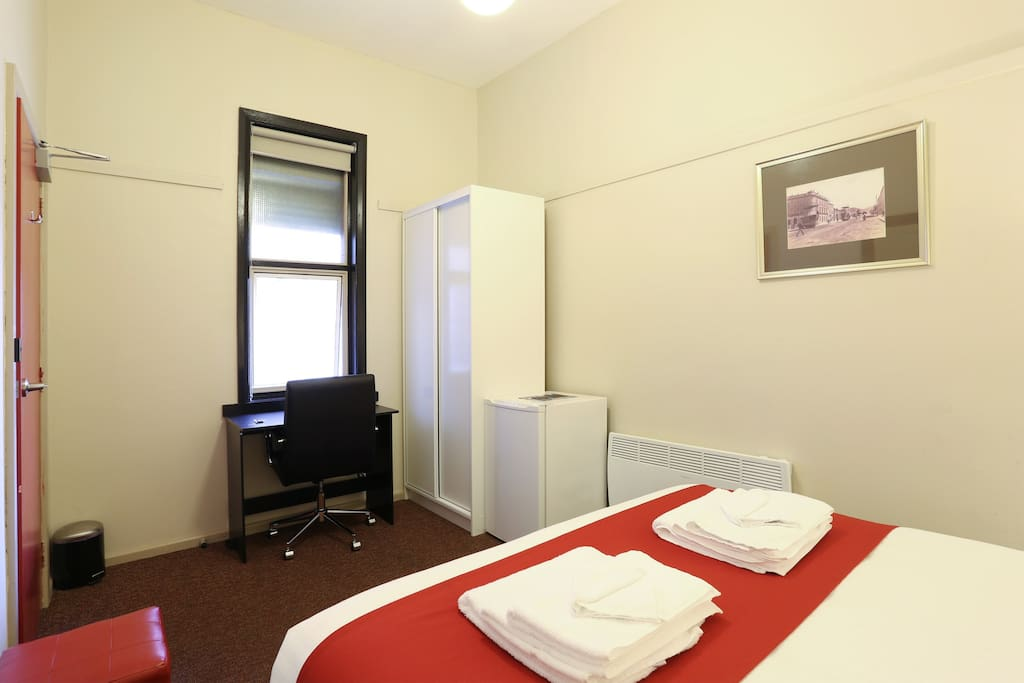 Macquarie house queen room 6 serviced apartments for for Best private dining rooms hobart