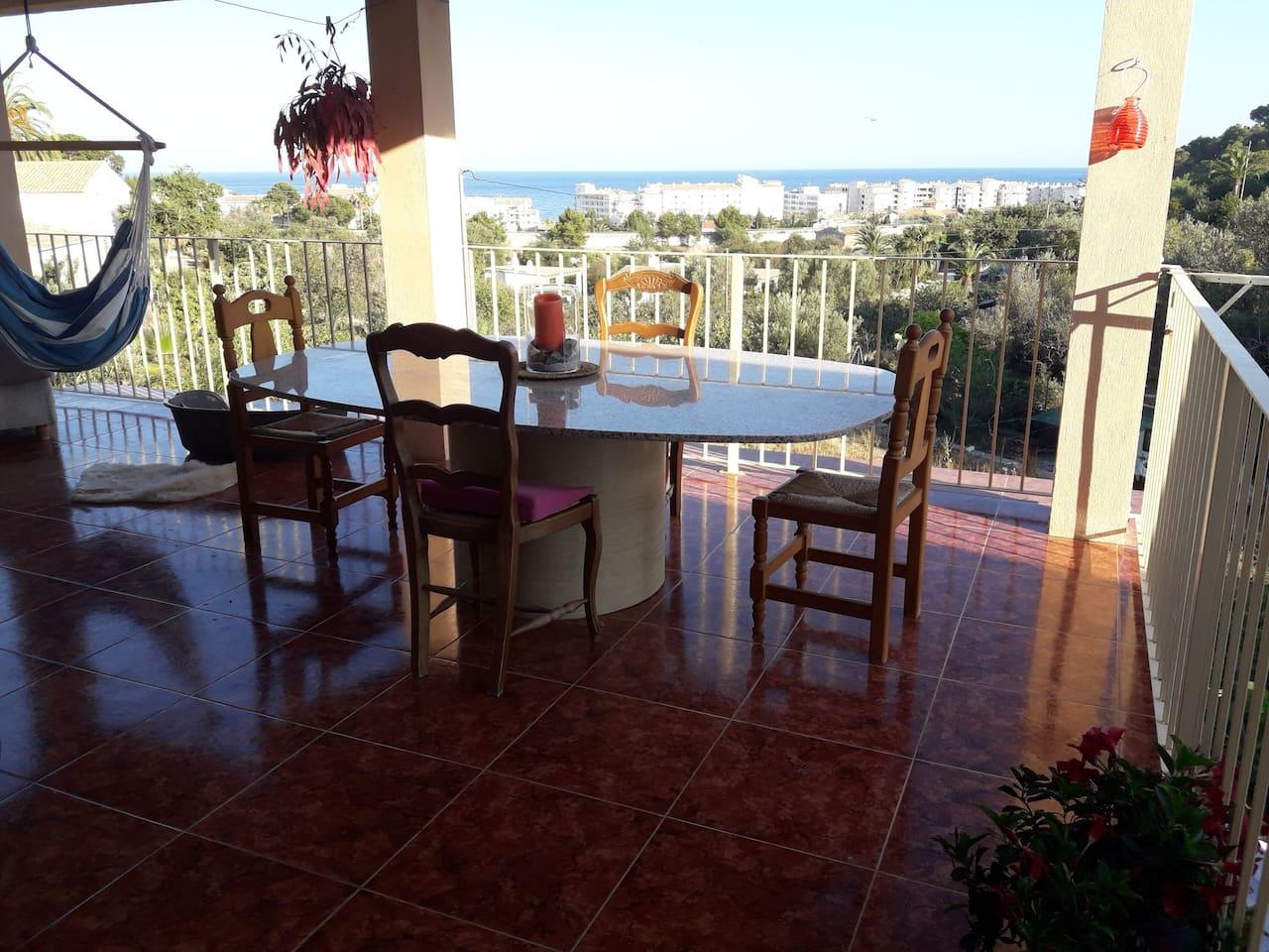 Terraza con vistas al mar, comedor y salón