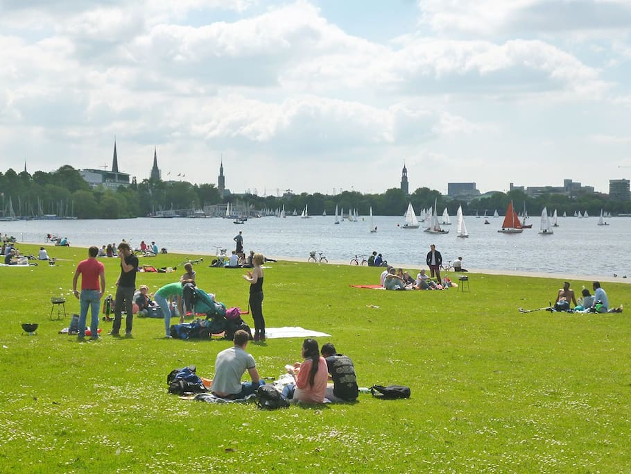 Schwanenwik- beautiful park by the Alster lake 2 min walk from the apartment.