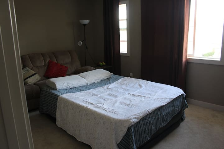 Family home with extra space for 2 guets - Calgary - Casa