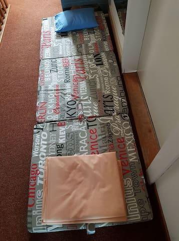sleep on matratz dormitory room or in flor