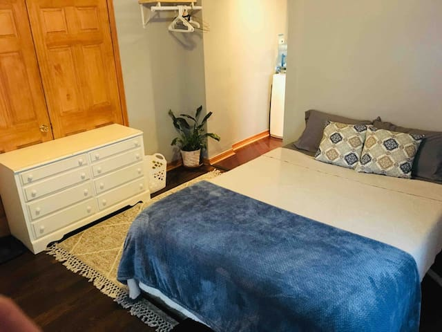 Great cozy unit near state fair grounds w/parking!