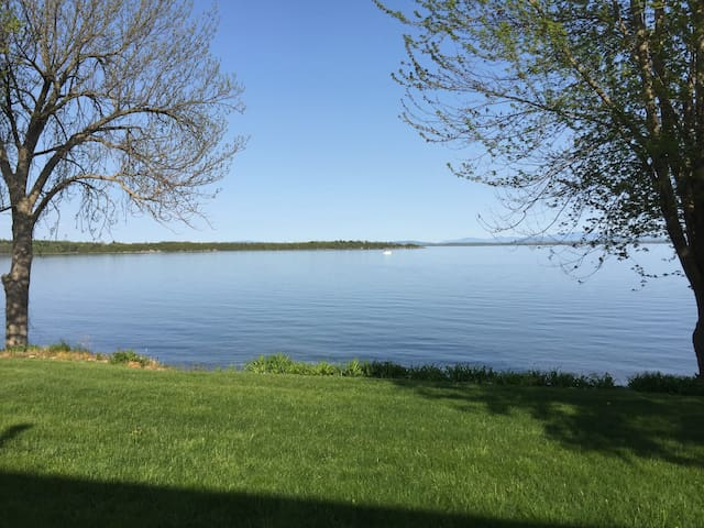 Lakeside Retreat,  overlooking lake. - Plattsburgh - 一軒家