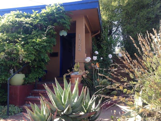 Pvt. Room/Bath in quiet Craftsman - Emeryville - House