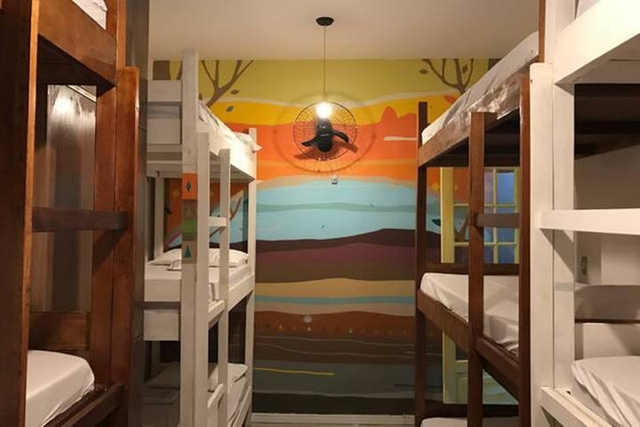 12 camas em quarto coletivo Hostel Metiê