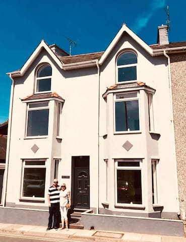 Luxury 5 Bedroom PWLLHELI Seaside House