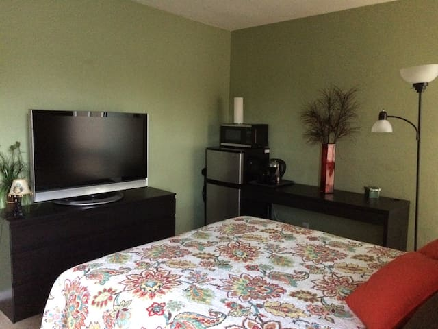 Cute comfy room in the heart of Ft. Lauderdale