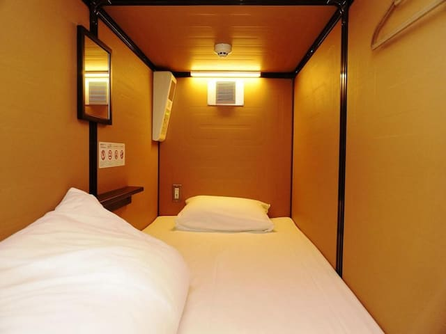 [6 minutes walk from Higashi Ginza Station] Excellent access to Tokyo's central area/ 2 capsule rooms for men (free WiFi