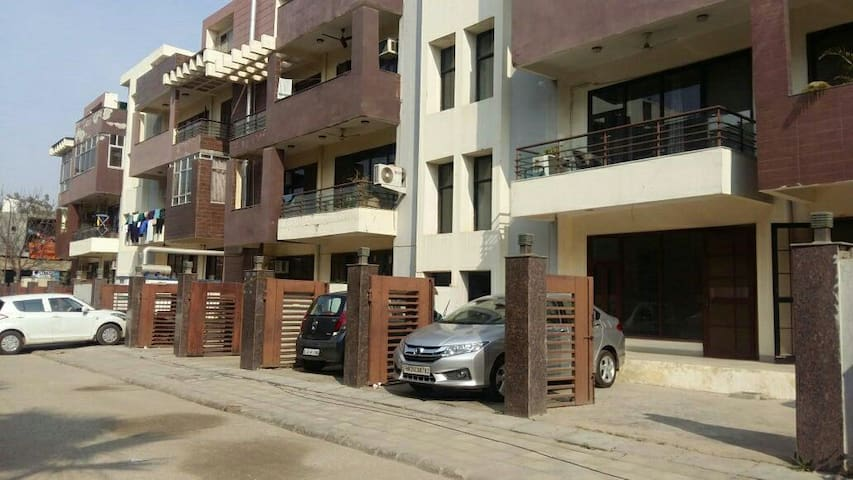 Comfortable, Spacious and Private - Gurugram - Apartment