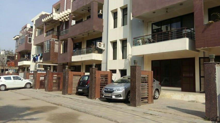 Comfortable, Spacious and Private - Gurugram - Apartament