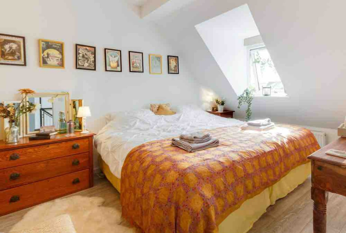 A beautiful bright comfortable Double Room awaits you at the end of a long day exploring the Cotswolds. Inherent is a huge emperor size bed with colour schemes of farrow and ball- old india yellow, black and grey.