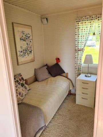 Sovrum 2, huvudstugan. En enkelsäng.