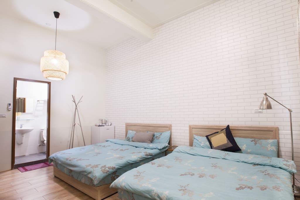 1房1獨立衛浴(於房內),舒適兩張雙人床,第五人可提供睡墊