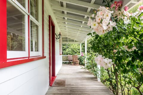 Post Office Cottage ★Rural Charm★Petite & Complete