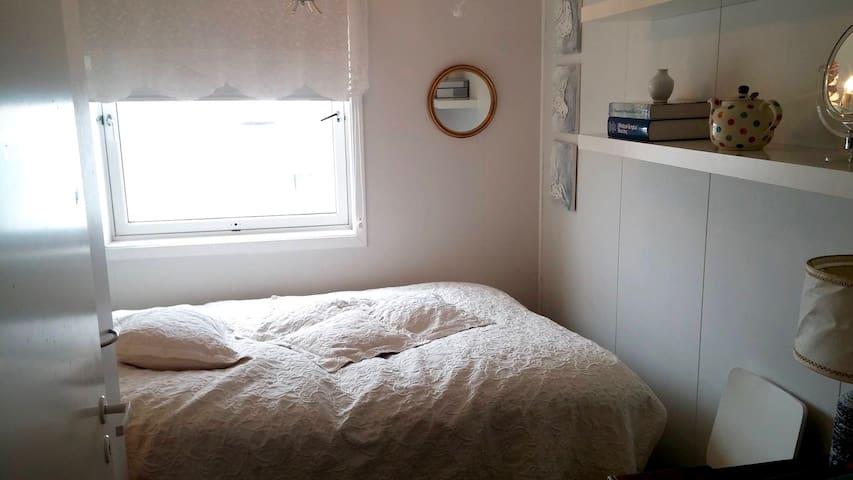 Nice Queen size bed in Reykjavík (Grafarvogur) - Reykjavík - Wohnung