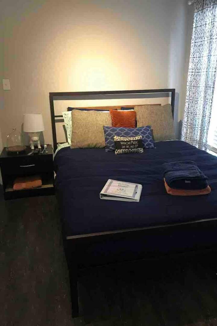 Campus Side Cottage! Room 1
