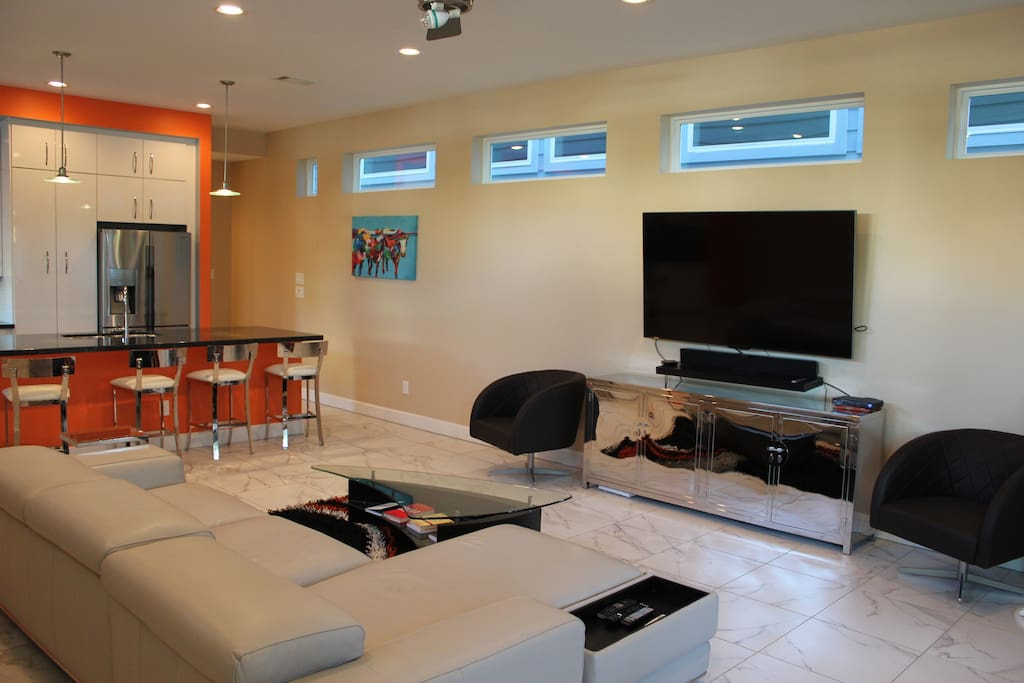 View of the living room, very contemporary.