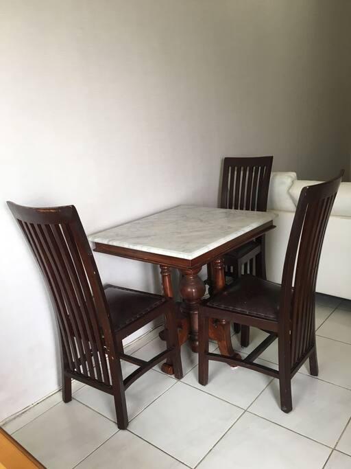 Meja makan dengan 3 kursi