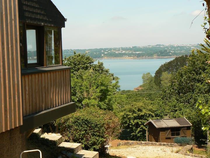 Bretagne, maison en bois vue mer