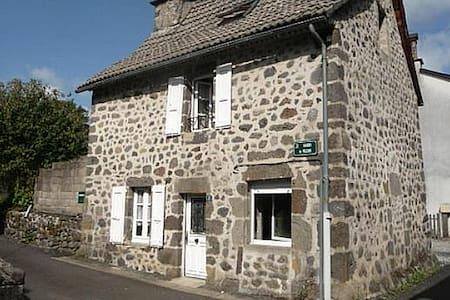 Une petite maison dans le Cantal