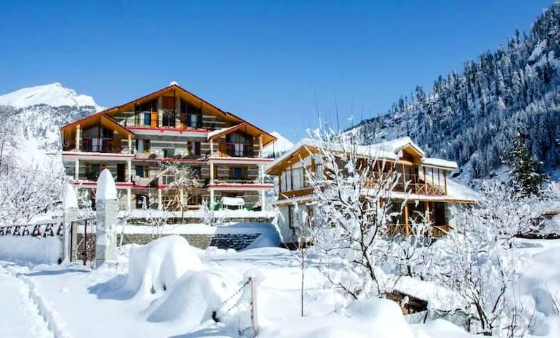 Charming Mountain Chalet, Best Snow View in Manali