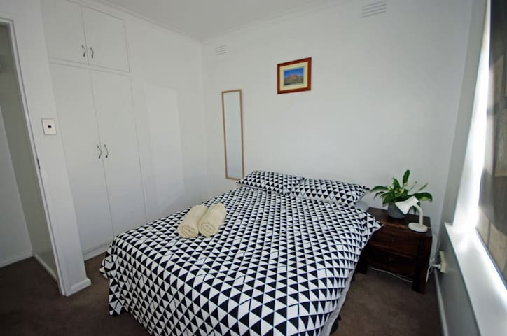 Private Room in quiet Glenhuntly...