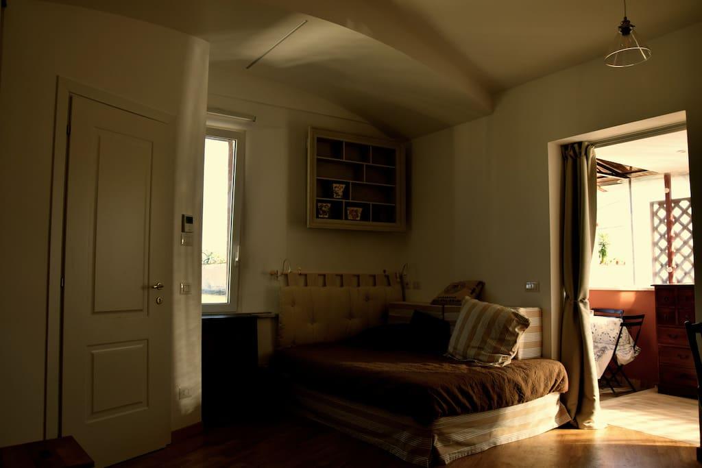Zona letto alla francese, a destra ingresso terrazzo coperto, a sinistra ingresso bagno