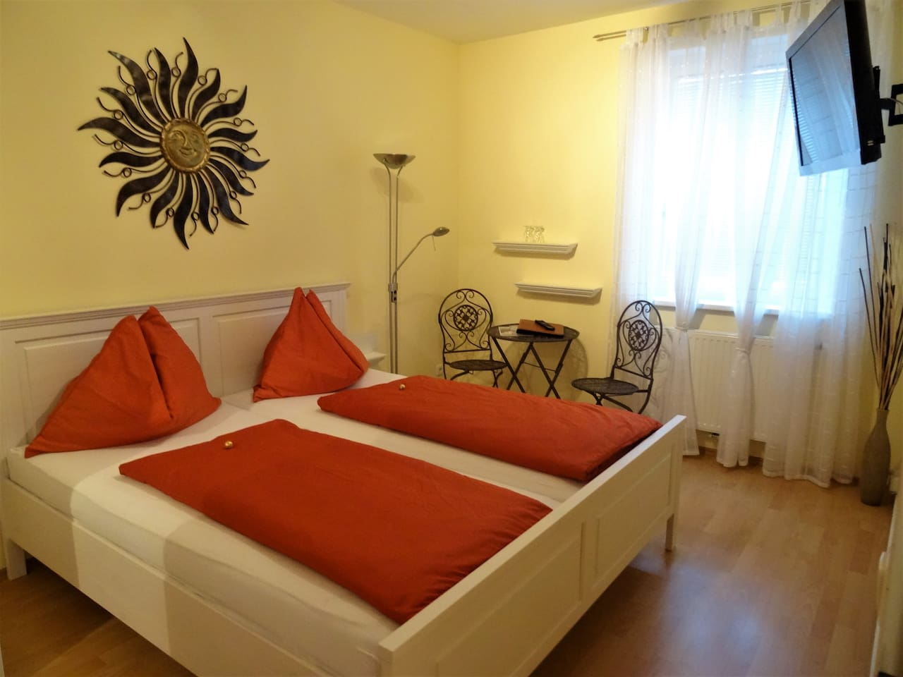 Zimmer mit Doppelbett, Schrank und Kabel-TV - Room with double bed, cupboard and cable-TV
